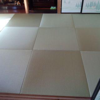 畳を新調しました。半畳タイプのフチなしというタイプの畳です。こちらの畳は、防水畳と呼ばれるもので、色あせ防ぎ、水をはじくため汚れにくいものです。