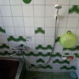 浴室のシャワー水栓金具の取替写真です。ツーバルブタイプの水栓金具からレバータイプの水栓金具に取り換えました。シャワーは節水タイプのもので、通常タイプのシャワーよりも35%ほど水の使用量を抑えております。使った感じは、水量が足らないと感じることはないと言われる方がほとんどです。