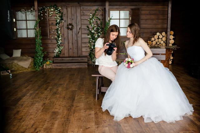 女性カメラマンと花嫁