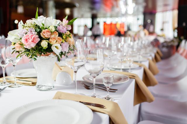 パーティー会場のテーブルセッティング