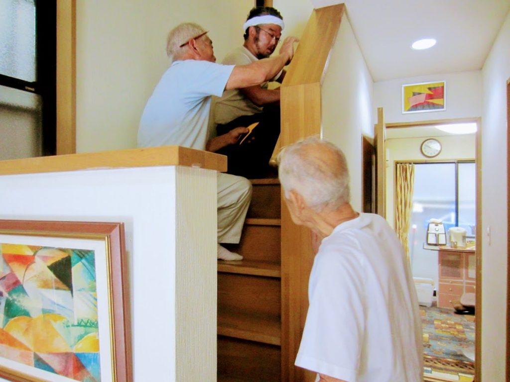 手すりを取り付ける階段