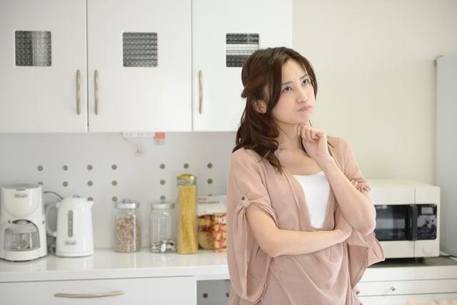 実家整理をうまく行うコツについて考える女性
