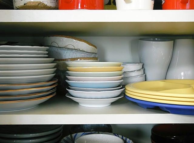 処分したい食器棚に置かれる食器画像
