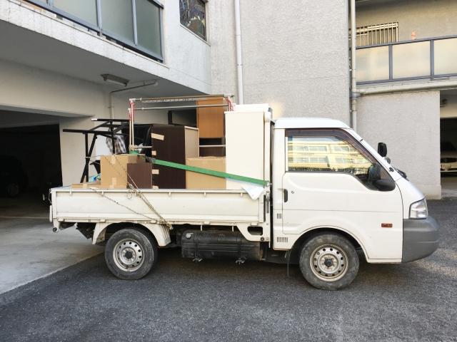パソコンを自治体の回収ボックスで処分するために運搬する画像