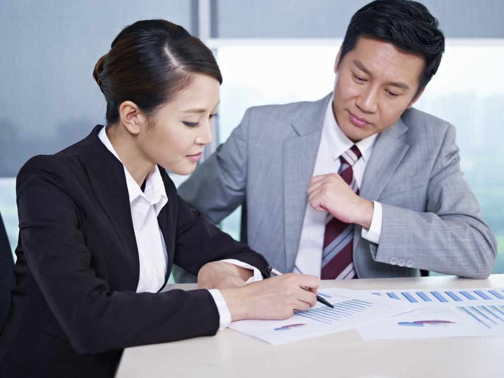 税理士へ相続税に関する相談をする男性