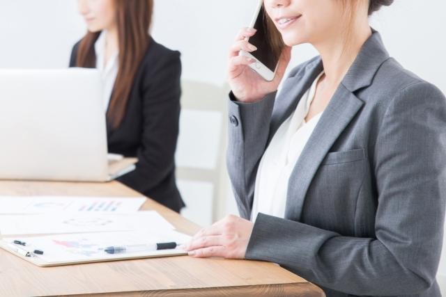 片付け業者へ依頼する女性画像