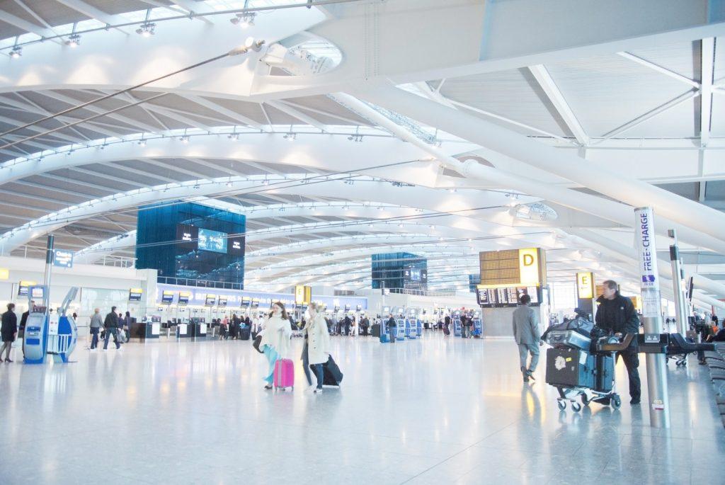 パスポートと空港画像