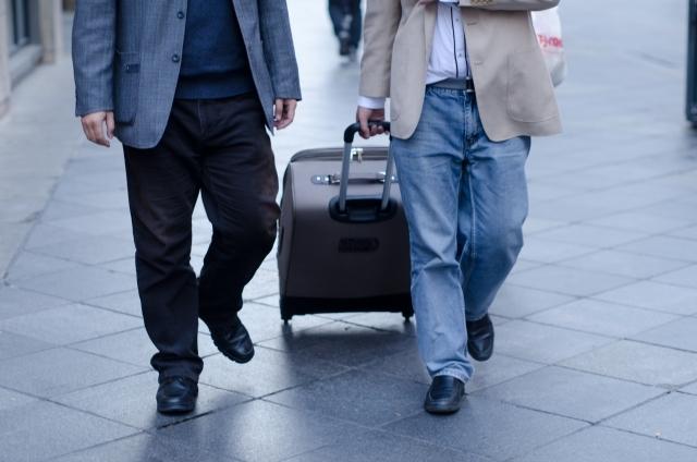 スーツケースを他の人に譲渡して処分する画像