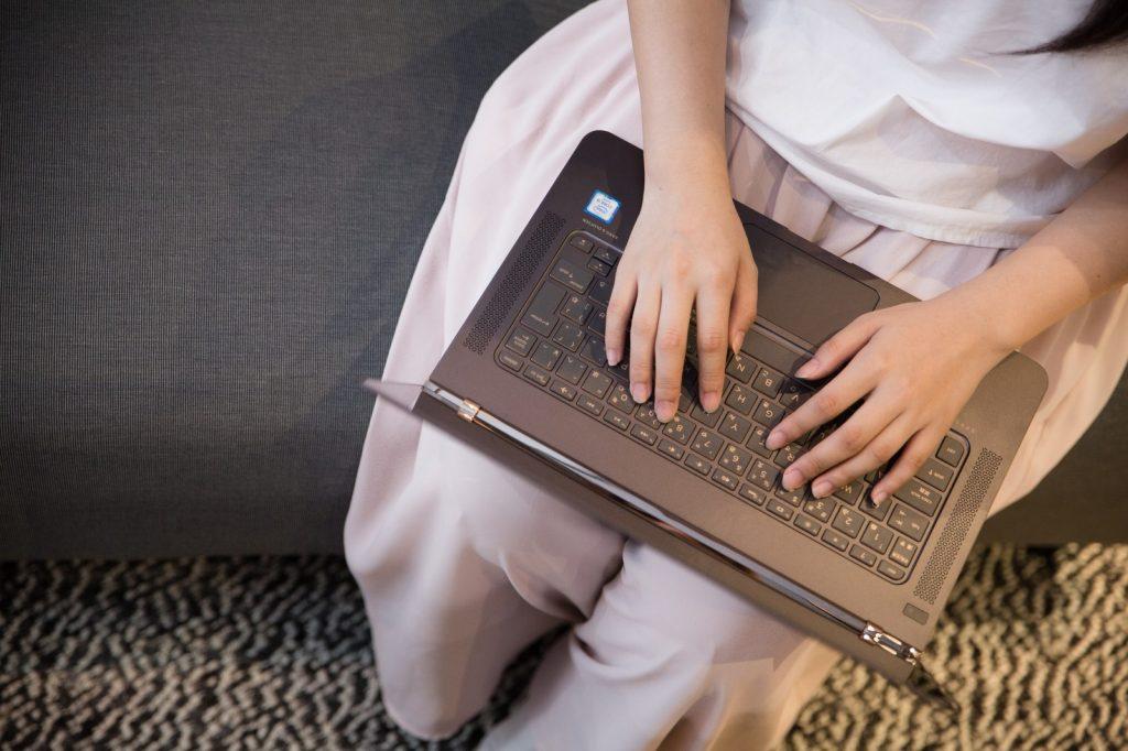 パソコンを操作する女性画像