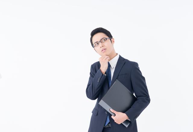 特許 期限 悩む男性