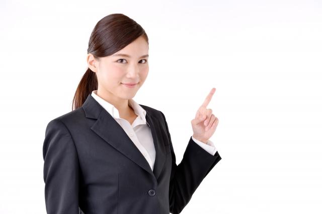 個人事業主の税金について解説する女性