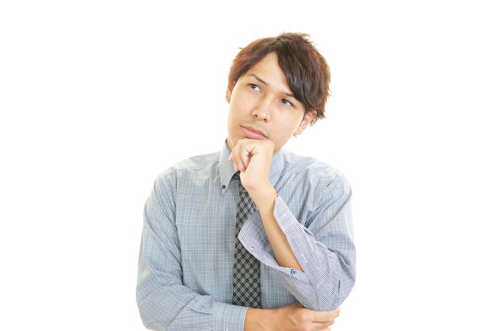 請求書の作成時に悩む男性