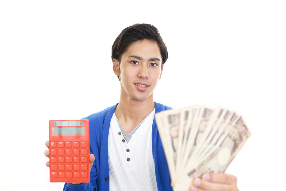 消費税の計算方法について解説する男性