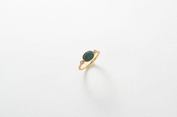紙で撮影した指輪。photo by Mphoto