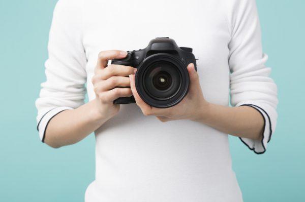 スマホやカメラは胸の位置にする