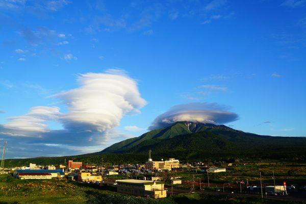 レンズ雲と山