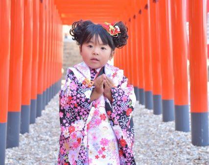 3歳の女の子は被布を身につける