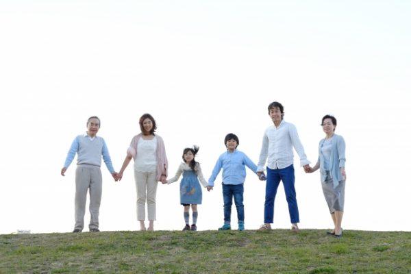 手を繋いで仲の良い家族写真を撮影しよう