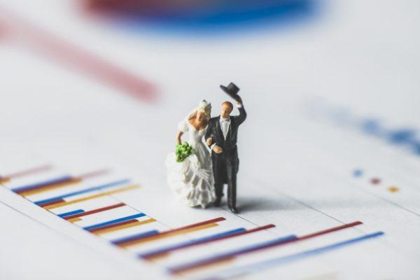 結婚式の前撮りと後撮りの費用を比較するカップル