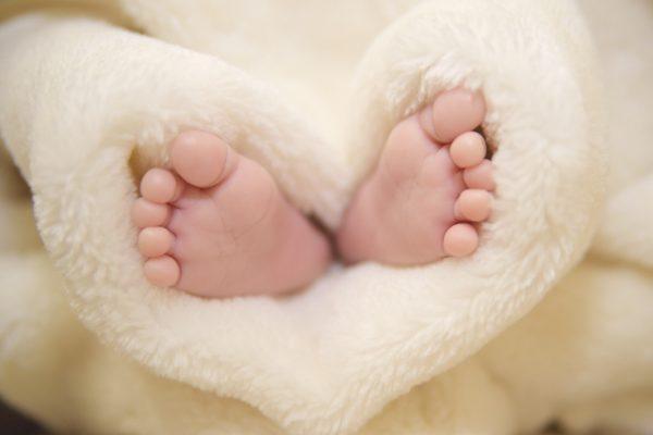 新生児写真でおすすめの足を撮影