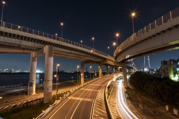 深夜 高速道路