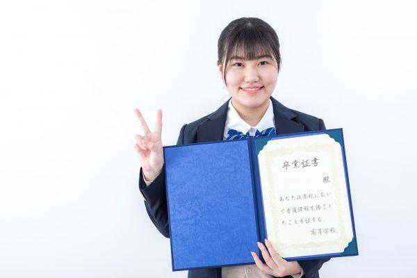 卒業写真を持つ女の子