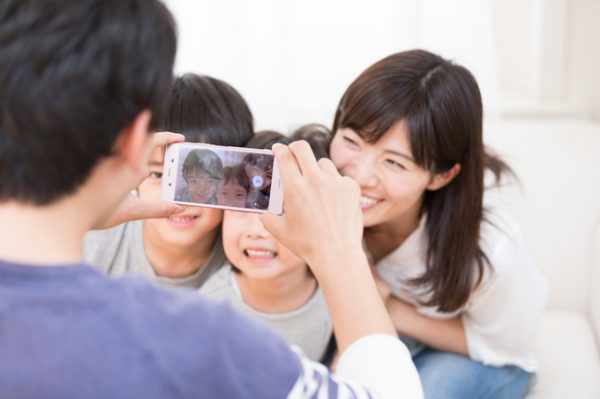 家族写真を撮るポーズと構図