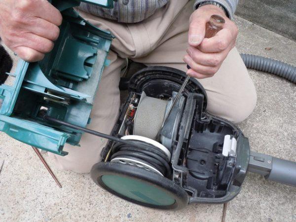 処分する掃除機を分解