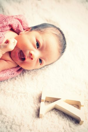 アルファベットの小物で、赤ちゃんのお名前を取り入れたオリジナリティー溢れるニューボーンフォトに