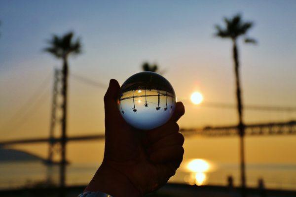 ガラスの玉を通して景色を見ている画像