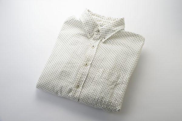 たたんで撮影したメンズのシャツ。シンプルに白バックで撮影もあり。