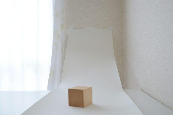 紙を持ち上げて壁に貼り、アールをつくる。