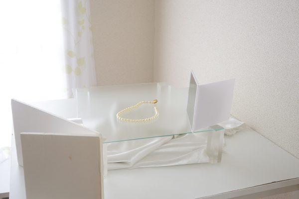 左手前が白のレフ板、右には折りたたみ式手鏡。Mphoto