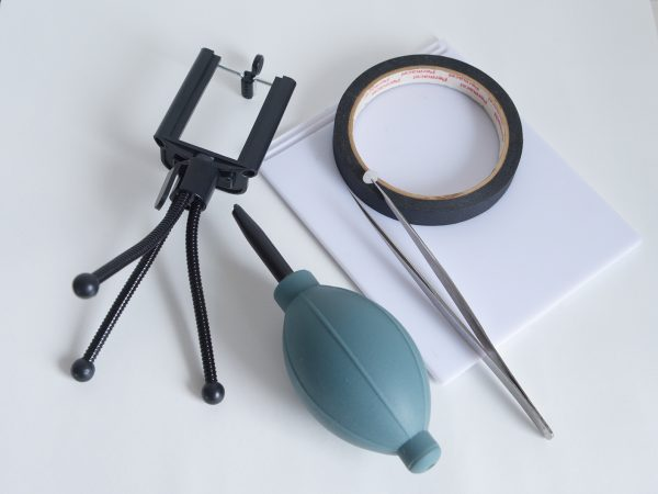 周辺機材。黒いテープの下にあるのは折りたたみ式の手鏡。手前にある青っぽいものがブロワー。Mphoto