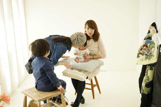 赤ちゃんが快適に過ごせるスタジオで記念撮影