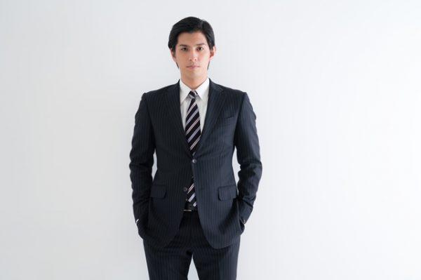 スーツのモデル写真。