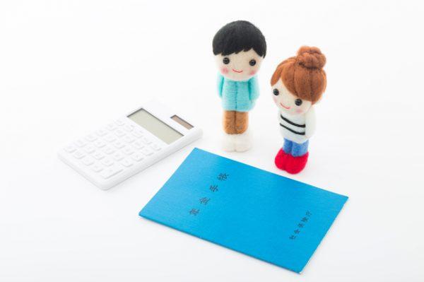 年金手帳と指人形