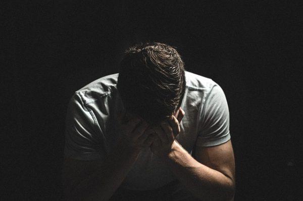 税金からは逃げられないことを、悲しみで表している男性の写真