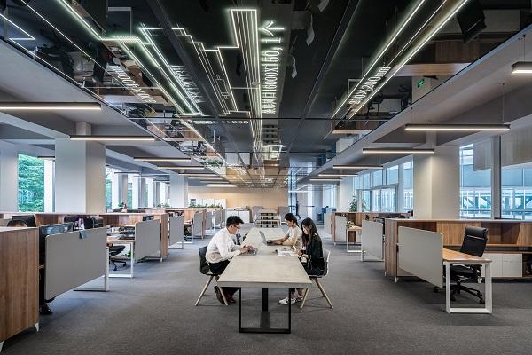 オフィスで作業する人たち