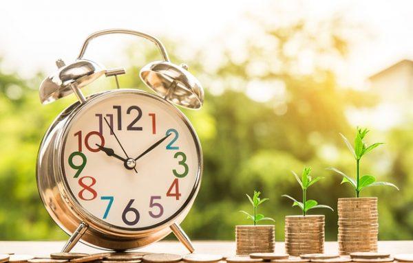 タイムイズマネー。支払い期限を過ぎてしまうと加算税も延滞税もかかってしまします。それを表す時計と金貨です。