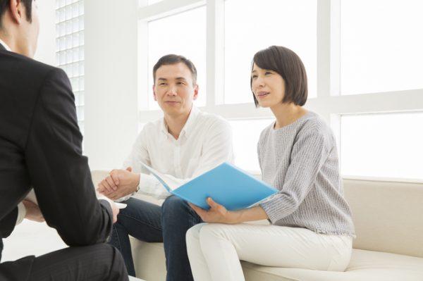 相続税について税理士に相談する夫婦