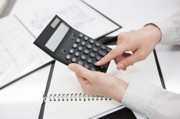 電卓で計算する人