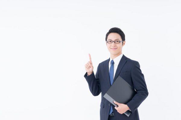 黒スーツ姿の男性とファイル