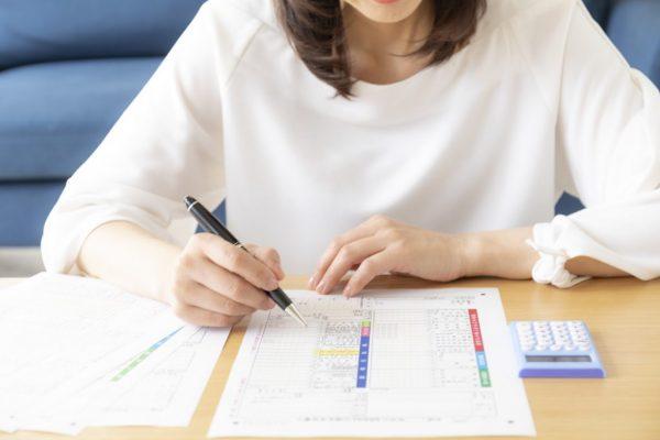 副業している女性が確定申告を記入している画像