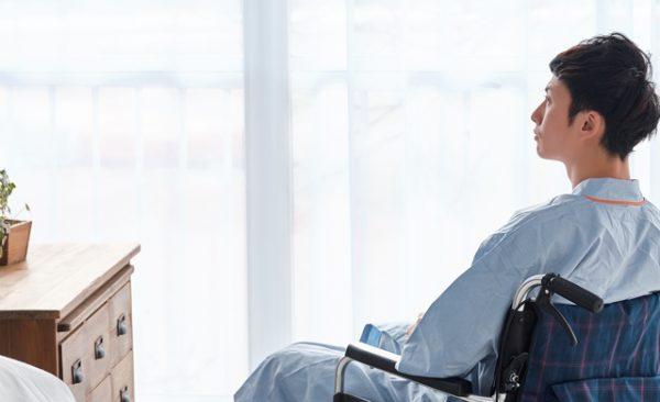 傷病手当金を受給できる療養中の男性の画像
