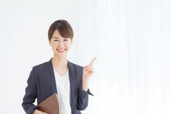 譲渡所得のまとめを説明する女性