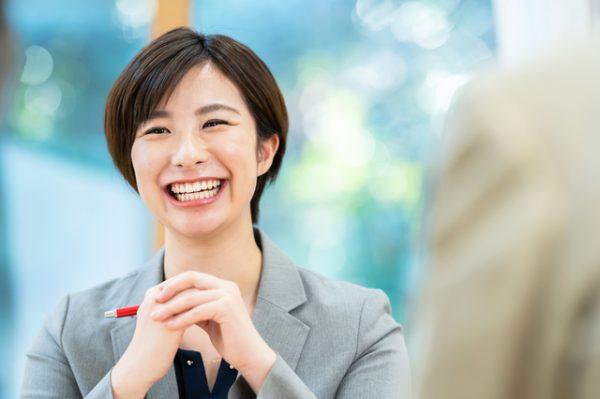 資格や実績のほか、人柄やコミュニケーション能力も見極めましょう